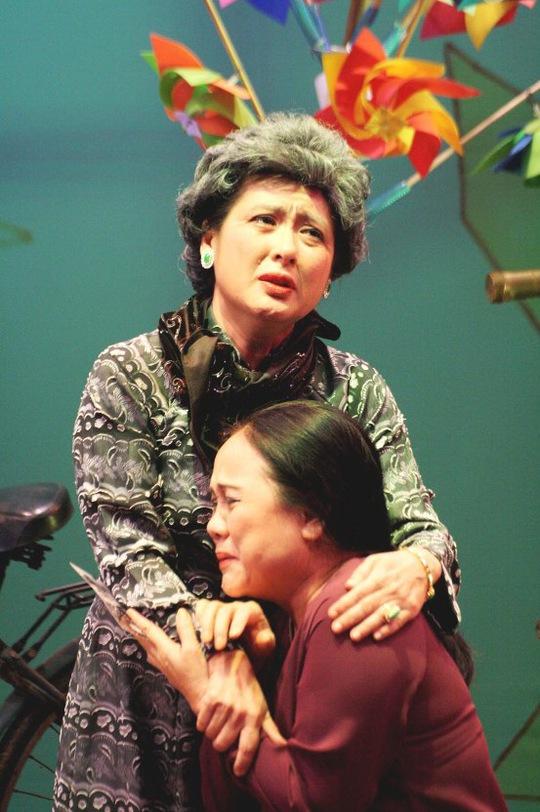 Ái Như và Thanh Thủy trong vở 29 anh về. Ảnh do sân khấu Hoàng Thái Thanh cung cấp
