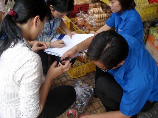 Cơ quan chức năng TP HCM kiểm tra một cơ sở kinh doanh thực phẩm