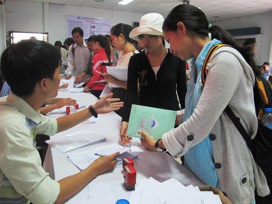 Người lao động đăng ký thất nghiệp tại Trung tâm Giới thiệu việc làm TP HCM Ảnh: HỒNG NHUNG