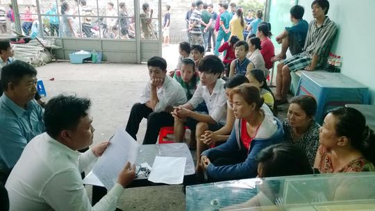 Cán bộ chuyên trách LĐLĐ huyện Hóc Môn đang trao đổi với công nhân