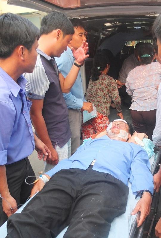 Thầy Đinh Văn Cạn được chuyển đi cấp cứu sau khi bị tạt a xít