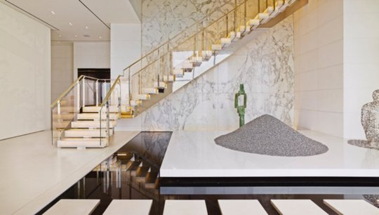 Tiền sảnh bằng đá trắng thanh lịch chạy dọc khắp nhà.