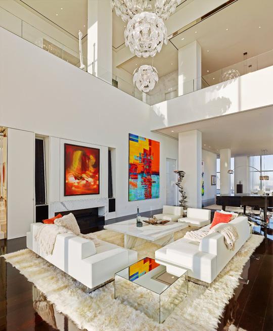 Phòng khách với trần cao vút làm cho khu vực này trở nên rộng lớn, khoáng đãng.