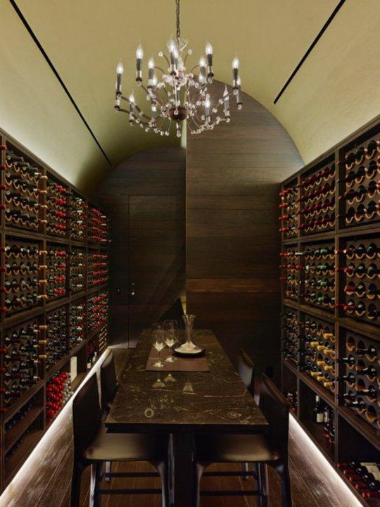 Hầm rượu có thể chứa đến 2.000 chai.