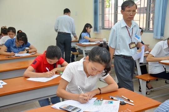 Thí sinh làm bài thi môn toán sáng 4-7 tại Hội đồng thi Trường ĐH Sài Gòn. Ảnh: T. Thạnh