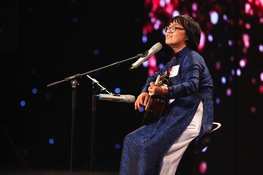 Thí sinh 55 tuổi Dương Thị Huỳnh Mai biểu diễn đầy trẻ trung