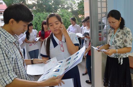 Thí sinh làm thủ tục vào phòng thi sáng 4-7 tại Trường ĐH Sài Gòn. Ảnh: Tấn Thạnh