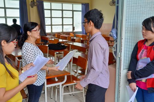 Thí sinh vào phòng làm thủ tục dự thi tại điểm thi Trường THPT Lương Thế Vinh của Trường ĐH Y Dược TP HCM. Ảnh: T. Thạnh