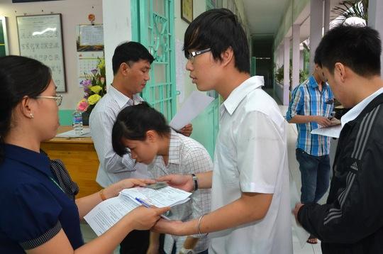 Thí sinh làm thủ tục vào phòng thi tại Trường THPT Nguyễn Thái Học, điểm thi Trường ĐH Y Dược TP HCM