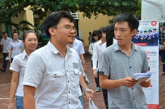 Thí sinh tại Hội đồng thi Trường ĐH Ngoại Thương trao đổi sau buổi thi thứ ba của kỳ thi ĐH đợt 1 sáng 5-7. Ảnh: T. Thạnh
