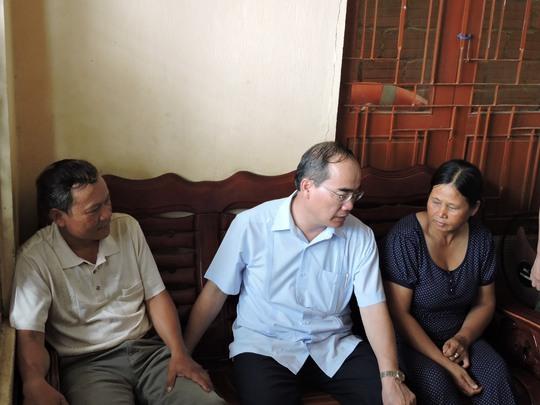 Ông Nguyễn Thiện Nhân, Chủ tịch UBTƯMTTQ Việt Nam (giữa) thăm hỏi gia đình ngư dân tại Lý Sơn
