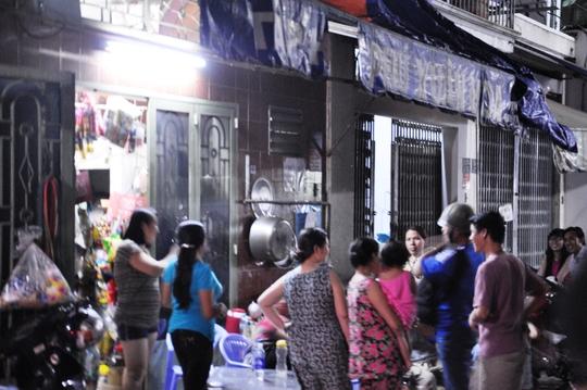 Người dân sống trong con hẻm 111 đường Vườn Lài, quận Tân Phú, TP HCM - nơi có căn nhà tìm thấy thiết bị chứa chất phóng xạ Ảnh: HẢI ÂU