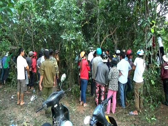 Nhiều người dân hiếu ký đã kéo vào rừng để xem vụ việc