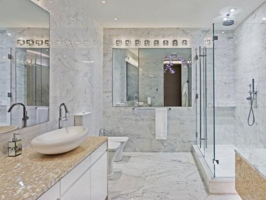 Một trong một trong 12 phòng tắm của căn nhà.