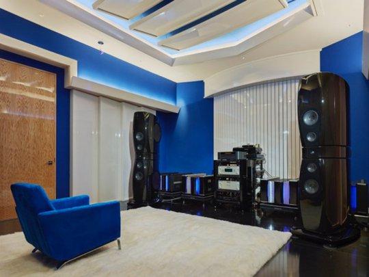 Khu vực nghe nhạc bao gồm cả một phòng thu.