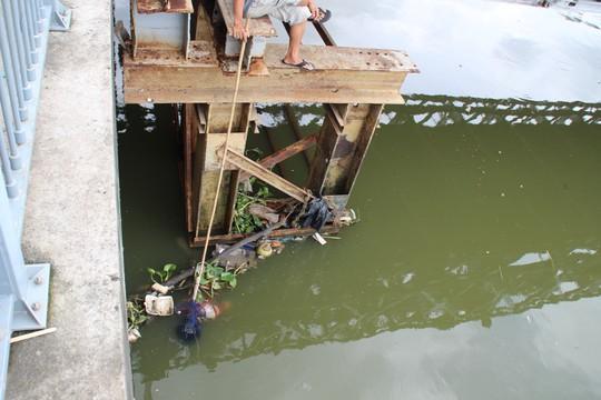 Thi thể Hưng được người dân neo lại chờ lực lượng chức năng đến đưa lên bờ vào sáng 28-8.