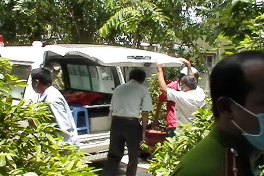 Xe cứu thương đưa thi thể đôi nam nữ ra khỏi nhà trọ
