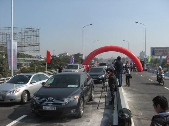 Các phương tiện lưu thông qua cầu