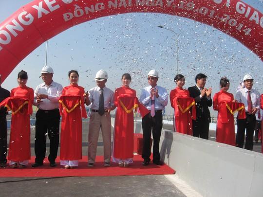 Lãnh đạo Bộ Xây dựng và đơn vị thi công cắt bằng khánh thành cầu vượt thép Ngã 3 Vũng Tàu