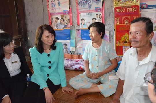 Bà Nguyễn Thị Thu, Chủ tịch LĐLĐ TP HCM (thứ hai, bên trái), thăm hỏi thành viên vay vốn CEP tại tỉnh Tây Ninh ảnh: NGUYỄN LUÂN