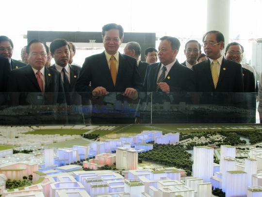 Thủ tướng quan sát toàn cảnh dự án TP. Mới Bình Dương với hạt nhân là tòa nhà trung tâm hành chính tập trung