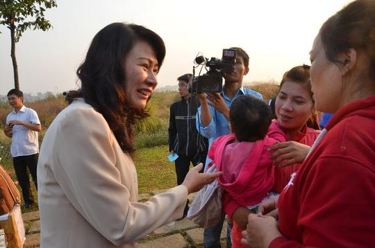 Bà Nguyễn Thị Thu, Thành ủy viên, Chủ tịch LĐLĐ TP HCM, thăm hỏi công nhân khó khăn về quê ăn Tết  ẢNH: TẤN THẠNH
