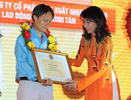 Bà Nguyễn Thị Thu, Chủ tịch LĐLĐ TP, trao bằng khen cho gương CNVC-LĐ tiêu biểu