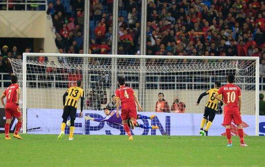 Bàn thua đầu tiên của Việt Nam xuất phát từ sai lầm của trung vệ Tiến Thành