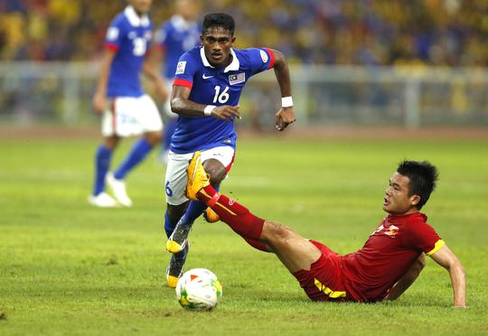 Hoàng Thịnh tranh bóng quyết liệt với Kunanlan Subramaniam