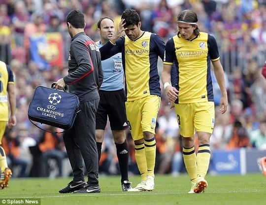 Costa tập tễnh rời sân trong trận hòa Barcelona 1-1