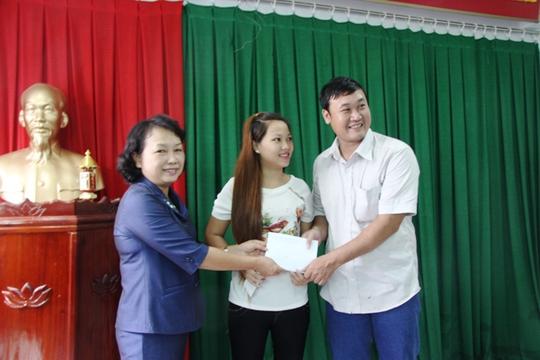 Bà Hoàng Lệ Chi, PCT UBND Thị xã Dĩ An trao 5 triệu đồng cho cặp vợ chồng tốt bụng