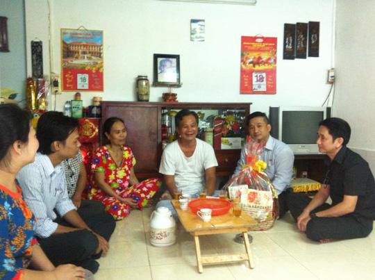 Thăm hỏi và tặng quà gia đình thương binh Lê Ngọc Tùng (Q.8)  trong chương trình Phụng dưỡng suốt đời của Công đoàn tổng công ty