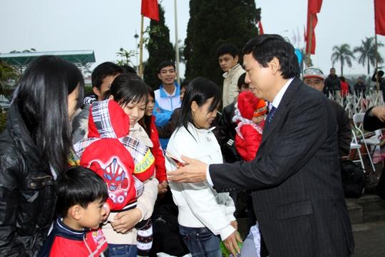 Ông Trần Văn Thực, Chủ tịch LĐLĐ TP Hà Nội, thăm và tặng quà cho công nhân nghèo