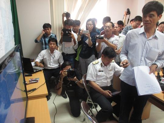 Thứ trưởng Phạm Quý Tiêu (ngoài cùng bên phải) trực tiếp chỉ huy việc tìm kiếm tại Sở chỉ huy tiền phương ở Phú Quốc - Ảnh: Ca Linh