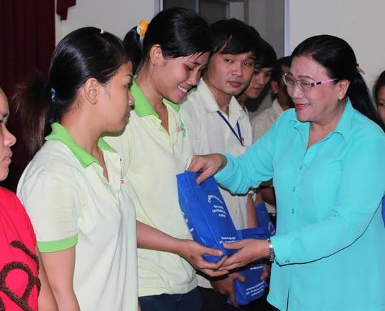 Bà Nguyễn Thị Bích Thủy, Phó chủ tịch LĐLĐ TP trao radio cho công nhân