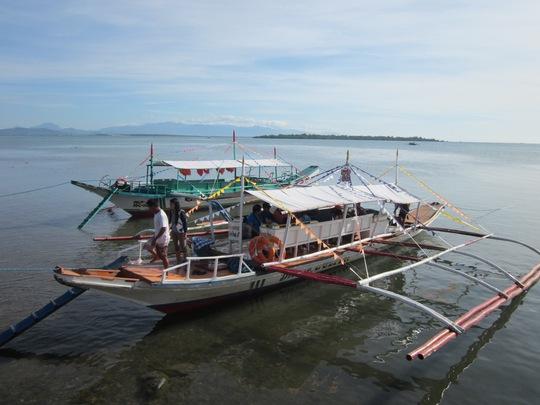Đây là loại thuyền dài khoảng 10m và hẹp. Thân thuyền được kẹp ở hai bên bởi 3 cây tre dài nằm song song cách thân thuyền khoảng 3m, những cây tre này được nối vào thân thuyền bởi 3 ống thép bắc ngang thân thuyền.