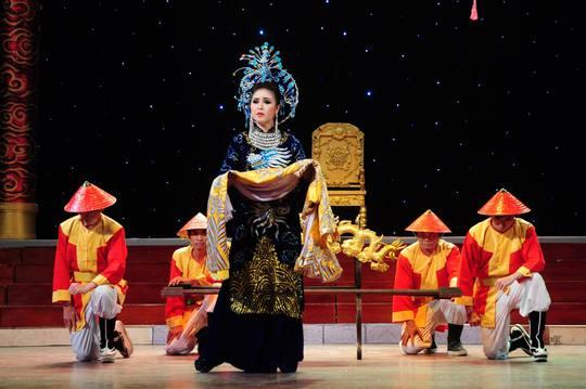 NS Thy Trang trong vai Thái hậu Dương Vân Nga trong chương trình Trường Sa vẫn mãi trong tim