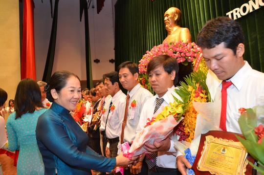 Bà Võ Thị Dung, Chủ tịch UBMTTQ Việt Nam TP HCM, tặng hoa cho các điển hình tiên tiến trong phong trào thi đua lao động giỏi - lao động sáng tại tạI TP HCM ẢNH: TẤN THẠNH