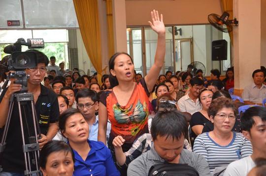 Hàng trăm tiểu thương chợ Tân Bình có mặt tại buổi họp sáng 25-9. Ảnh: TẤN THẠNH