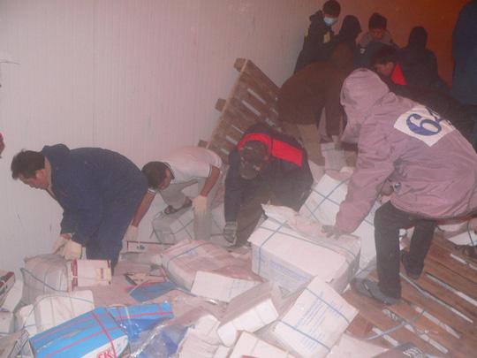 Các lực lượng chức năng đang nổ lực tìm kiếm nạn nhân trong kho hàng đông lạnh