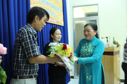 Bà Nguyễn Thị Bích Thủy, Phó Chủ tịch LĐLĐ TP HCM, tặng hoa cho các đơn vị thực hiện tốt học bổng Nguyễn Đức Cảnh tại quận 5, TP HCM