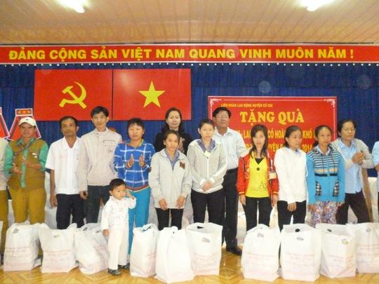 Lãnh đạo Huyện ủy và ĐLĐ huyện Củ Chi, TP HCM tặng quà Tết cho công nhân khó khăn vào sáng 16-1