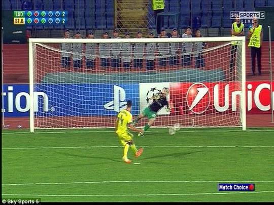 Hậu vệ Cosmin Moti cản phá thành công cú sút của cầu thủ bên phía Steaua Bucharest