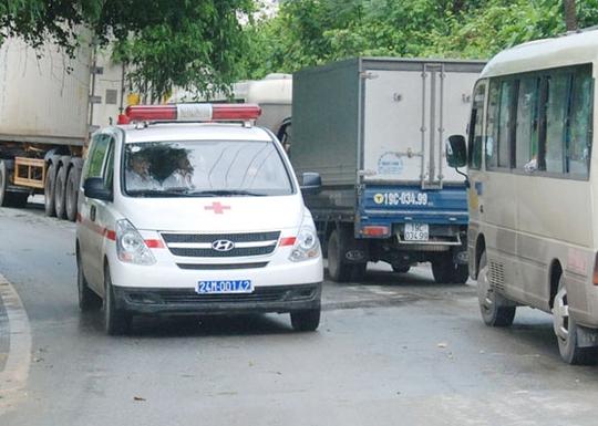 Các nạn nhân được đưa đi cấp cứu tại Bệnh viện Đa khoa huyện Bảo Thắng