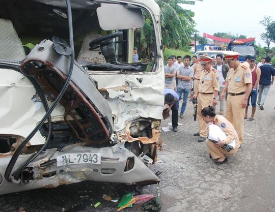 Lực lượng cảnh sát giao thông khám nghiệm hiện trường