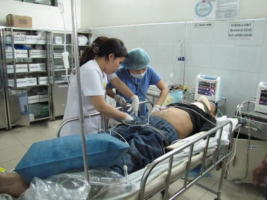 Hành khách bị nạn đang được cấp cứu tại Bệnh viện Đà Nẵng