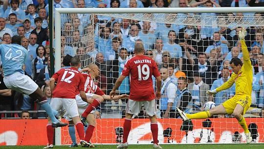 Toure (42) ghi bàn trong trận chung kết FA Cup 2011