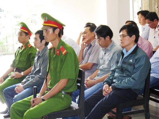 Bị cáo Nguyễn Thân Thảo Thành (hàng đầu) lãnh án cao nhất với 5 năm tù giam