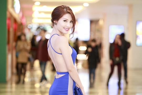 Diễm My 9X khoe lưng trần gợi cảm giữa mùa đông Hà Nội