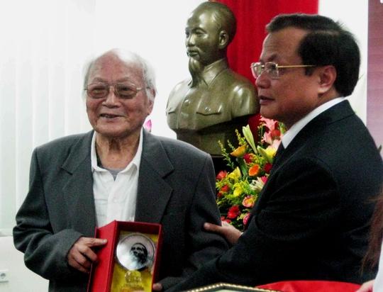 Nhà văn Tô Hoài (trái) nhận giải Vì tình yêu Hà Nội năm 2010. Ảnh: Yến Anh